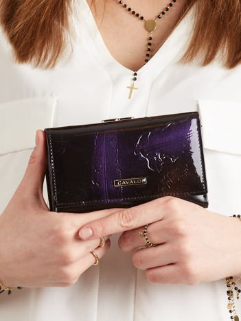 Czarno-fioletowy lakierowany portfel