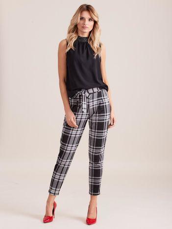 Czarno-szare spodnie w kratę z wiązaniem