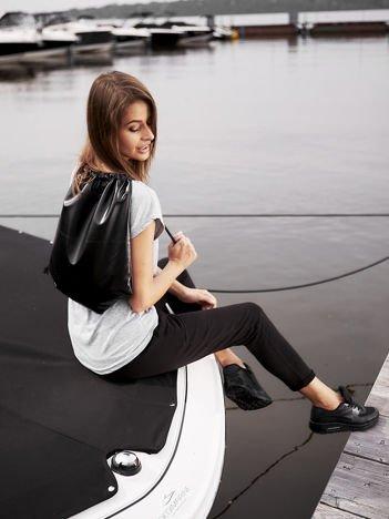 Czarny błyszczący plecak worek