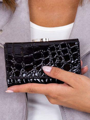 Czarny lakierowany portfel damski z motywem skóry krokodyla