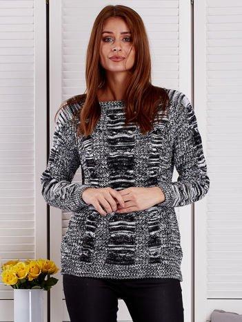 Czarny melanżowy sweter z warkoczowymi splotami