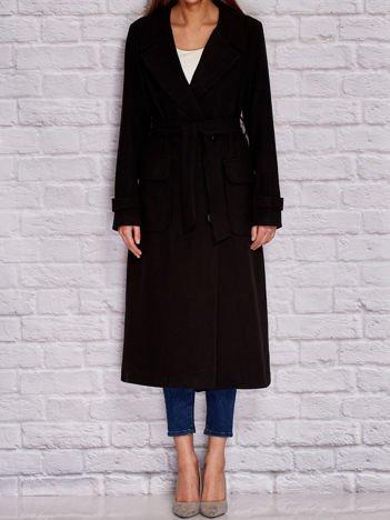 Czarny płaszcz trencz o klasycznym kroju