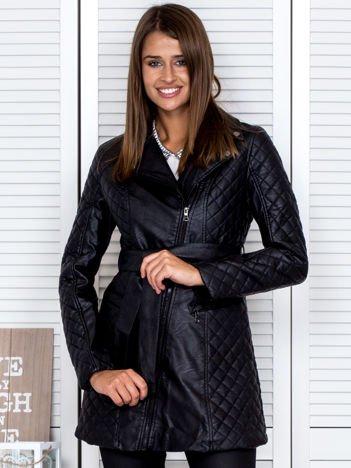 Czarny płaszcz z ekoskóry z pikowanymi wstawkami