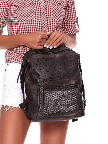 Czarny plecak damski z eko skóry z ażurowaniem i plecionką