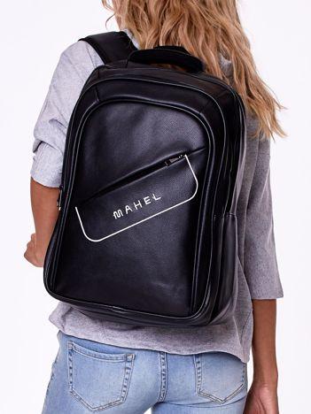 Czarny plecak z asymetryczną kieszenią