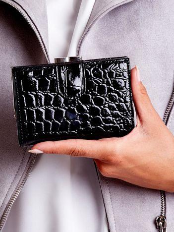 Czarny portfel damski z klapką