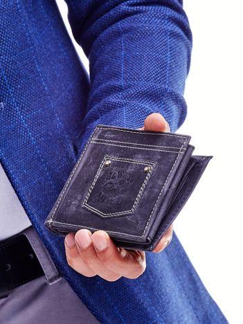 Czarny portfel męski z naszywką