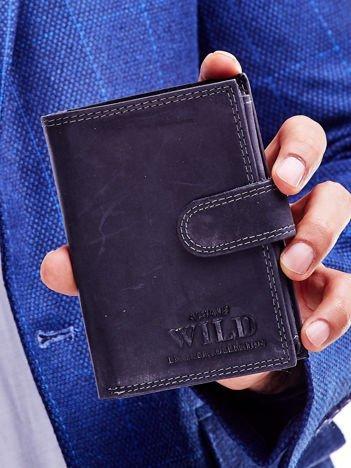 Czarny portfel męski ze skóry naturalnej z tłoczeniem i zapięciem na zatrzask