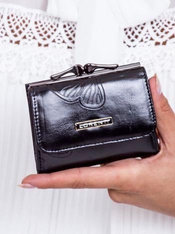 Czarny portfel w tłoczone motyle