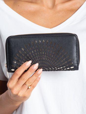 Czarny portfel z ażurowym wzorem