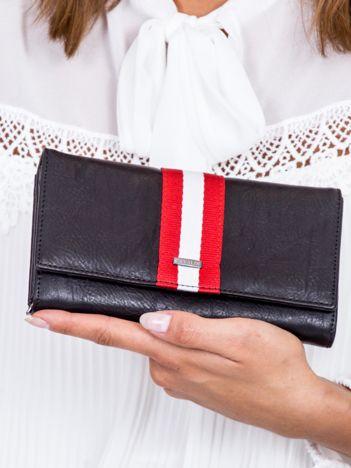 Czarny portfel z kontrastową wstawką w paski