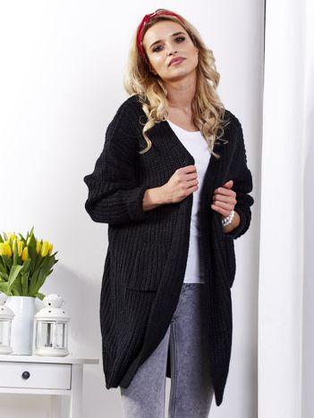 Czarny sweter bez zapięcia z kieszeniami