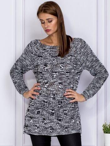 Czarny sweter melange z warkoczowym splotem