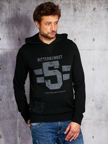 Czarny sweter męski z kapturem i napisem