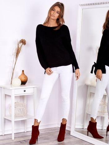 Czarny sweter oversize z surowym dekoltem
