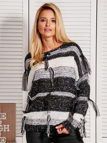 Czarny sweter w pasy ze wstążkami