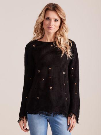 Czarny sweter z frędzelkami i oczkami