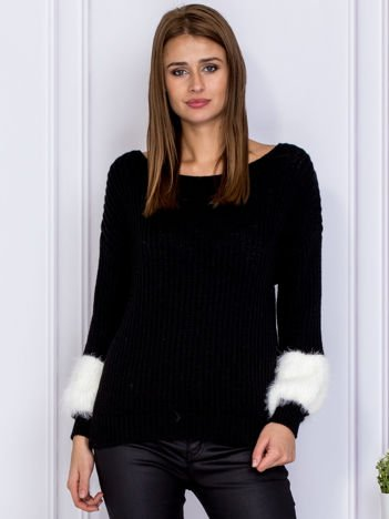 Czarny sweter z włochatymi rękawami