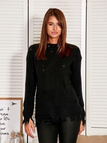 Czarny sweter z wystrzępionym dołem