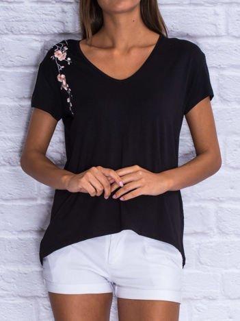 Czarny t-shirt z kwiatowym haftem