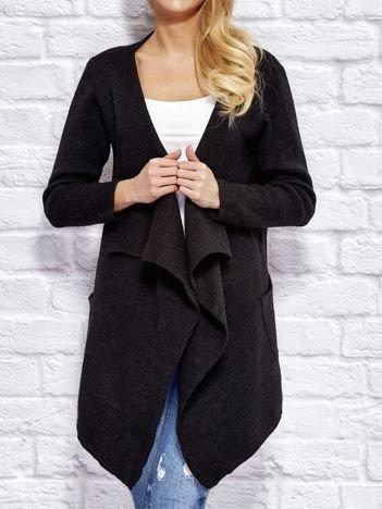 Czarny wełniany sweter z luźnymi połami
