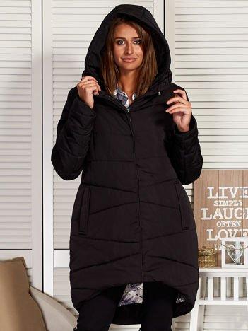 Czarny zimowy płaszcz z broszką