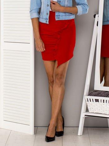 Czerwona asymetryczna spódnica z falbaną