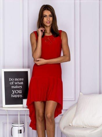 Czerwona asymetryczna sukienka koktajlowa z koronkowym dekoltem