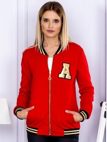Czerwona bluza bomberka z naszywką litery