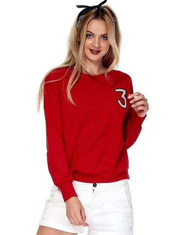 Czerwona bluza z błyszczącą cyfrą