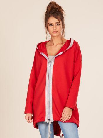 Czerwona bluza z kapturem i napisem z tyłu