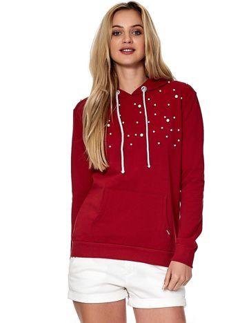 Czerwona bluza z kapturem i perełkami
