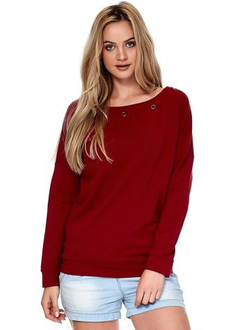 Czerwona bluza z ozdobnymi kółeczkami