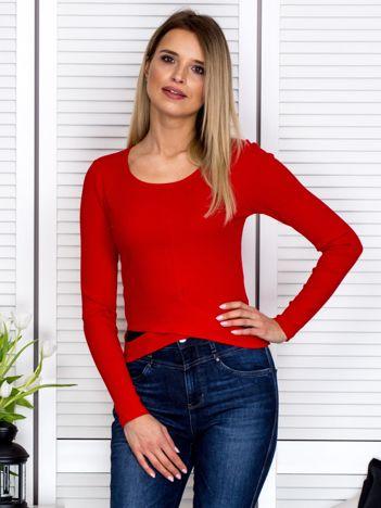 Czerwona bluzka w prążek z fantazyjnym wykończeniem