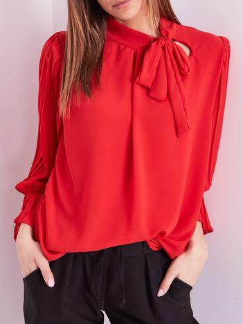 Czerwona bluzka z plisowanymi rękawami