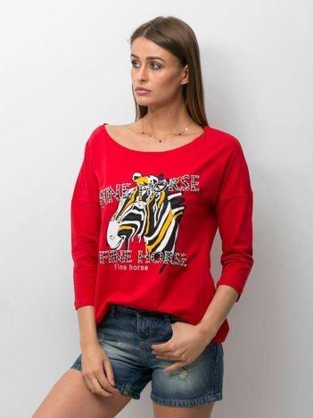 Czerwona bluzka z zwierzęcym nadrukiem i perełkami