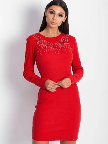 Czerwona dopasowana sukienka w prążek z dżetami