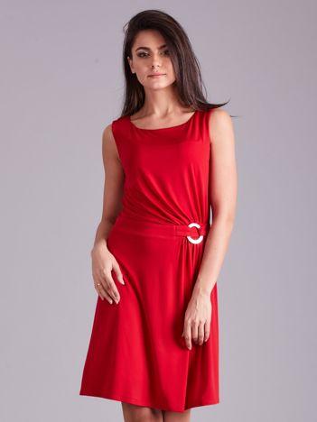 Czerwona drapowana elegancka sukienka