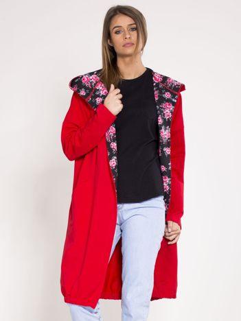 Czerwona dresowa narzutka z kwiatowym kapturem