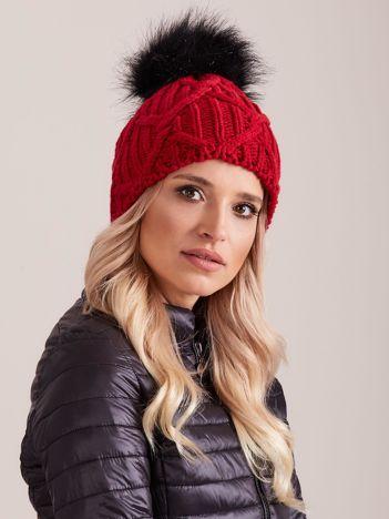Czerwona dzianinowa czapka