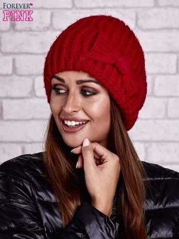 Czerwona dzianinowa czapka z kokardą