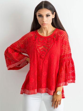 Czerwona koronkowa bluzka z szerokimi rękawami