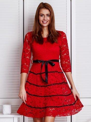 Czerwona koronkowa sukienka z błyszczącymi wstążkami