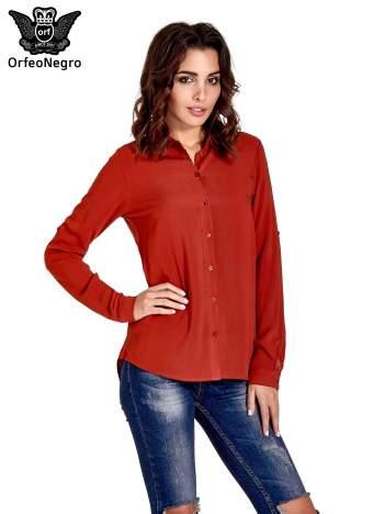 Czerwona koszula z haftowanym kołnierzykiem
