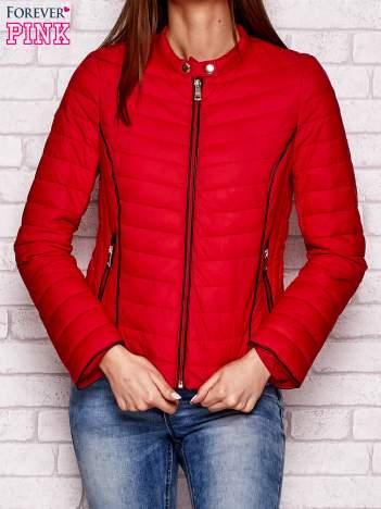 Czerwona kurtka przejściowa z ciemną lamówką