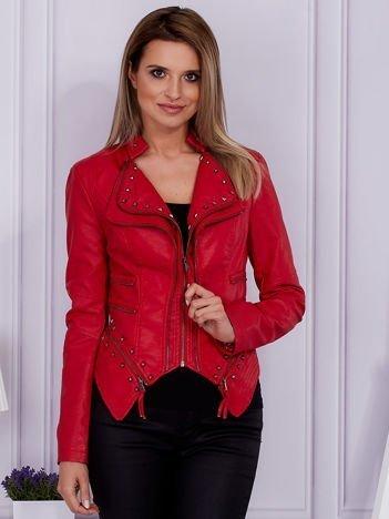 Czerwona kurtka z ćwiekami