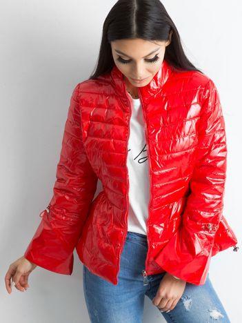 Czerwona kurtka z szerokimi rękawami