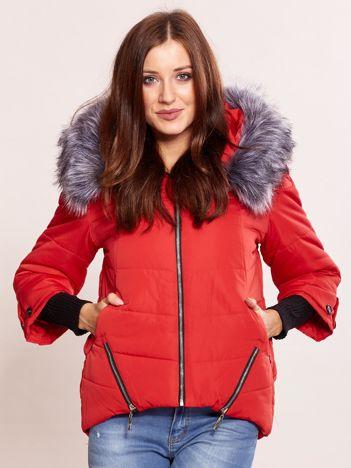 Czerwona kurtka z szerokimi ściągaczami i futerkiem