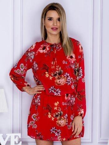 Czerwona kwiatowa sukienka z wiązaniem przy dekolcie