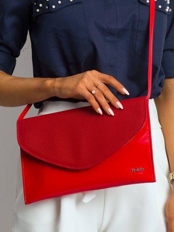 Czerwona lakierowana kopertówka z klapką